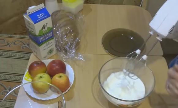 1 батон (лучше вчерашний) 3 - 4 яблока 400 мл. молока 3 яйца 25 гр. сливочного масла 6 столовых ложек сахара 1 - 0,5 чайной ложки корицы или ванилина (по желанию)