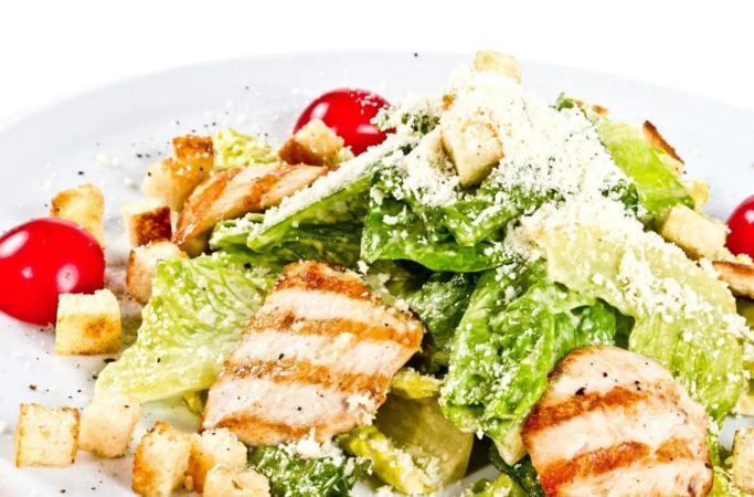 рецепт салата цезарь с курицей и сухариками на природе