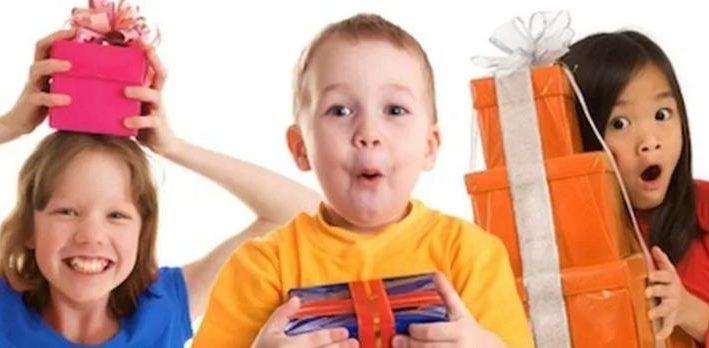 podarky-e1506915804969 Какой необычный и оригинальный подарок можно подарить мужчине учителю и учительнице на День Рождения от ученика и от класса? Подарок учителю на День Рождения своими руками