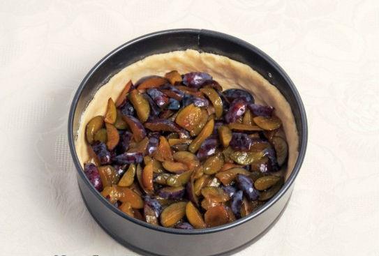Шарлотка с яблоками и сливой в духовке - рецепт пошаговый с фото