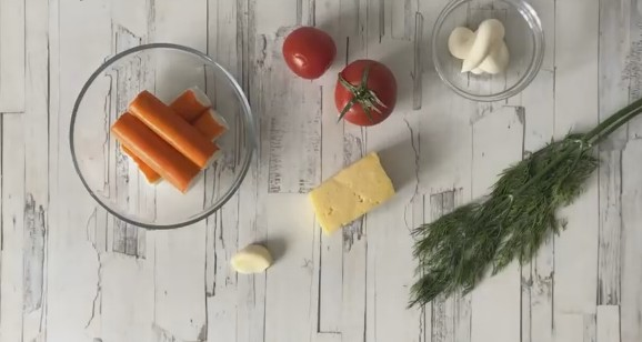 Салат с крабовыми палочками (более 100 рецептов с фото) - рецепты с фотографиями на Поварёнок.ру